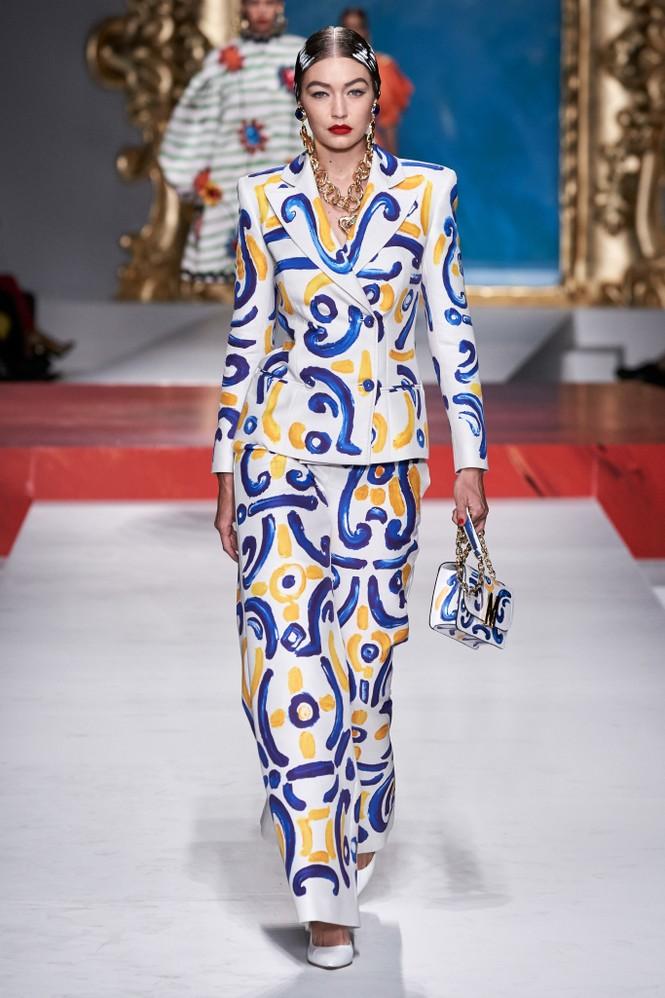 Siêu mẫu Nga Irina Shayk quyến rũ xuất thần trên sàn diễn Moschino - ảnh 16