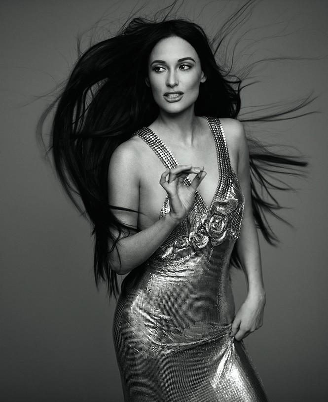 Nữ ca sĩ Mỹ Kacey Musgraves mặc táo bạo khoe đường cong nuột nà - ảnh 2
