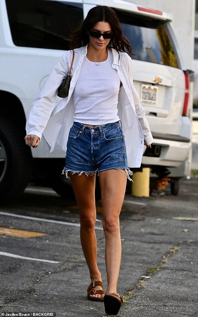 Em gái chân dài nhà Kardashian 'quên nội y' xuống phố - ảnh 3