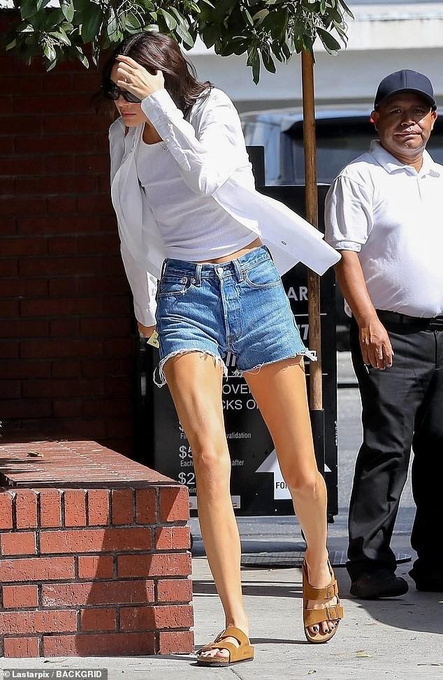 Em gái chân dài nhà Kardashian 'quên nội y' xuống phố - ảnh 4