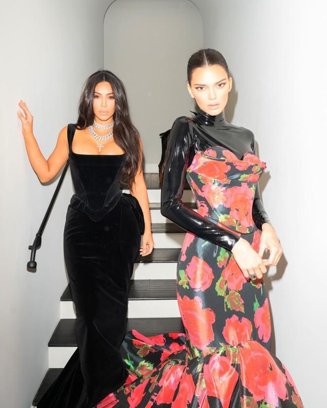 Em gái chân dài nhà Kardashian 'quên nội y' xuống phố - ảnh 10