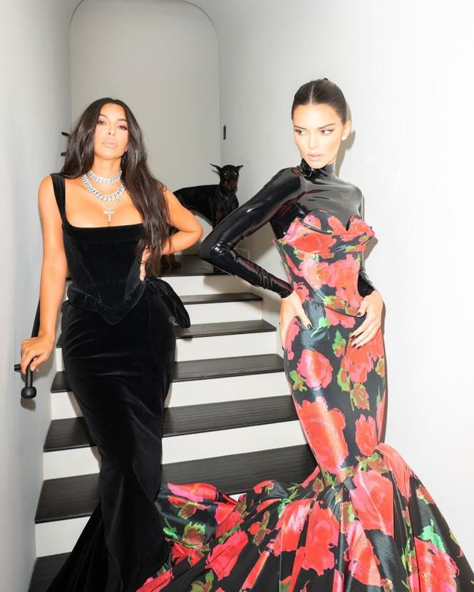 Em gái chân dài nhà Kardashian 'quên nội y' xuống phố - ảnh 11