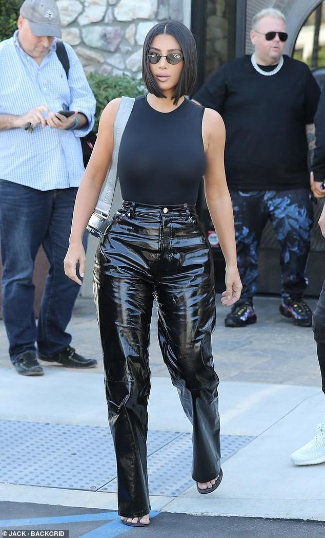 Em gái chân dài nhà Kardashian 'quên nội y' xuống phố - ảnh 14