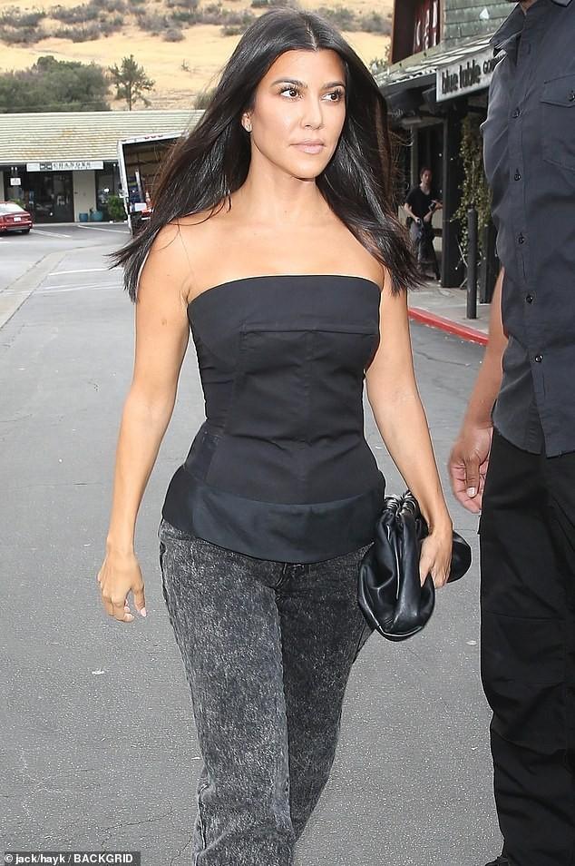 Em gái chân dài nhà Kardashian 'quên nội y' xuống phố - ảnh 17
