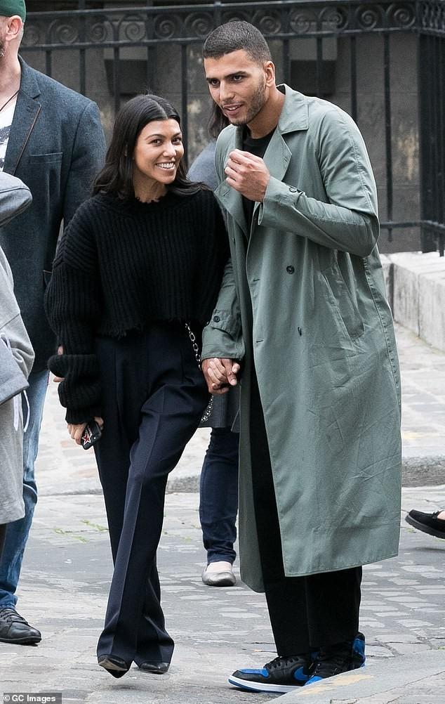 Em gái chân dài nhà Kardashian 'quên nội y' xuống phố - ảnh 20