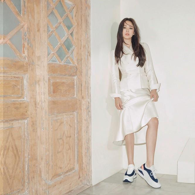 Song Hye Kyo lạnh lùng bí ẩn vẫn đẹp 'không góc chết' - ảnh 5