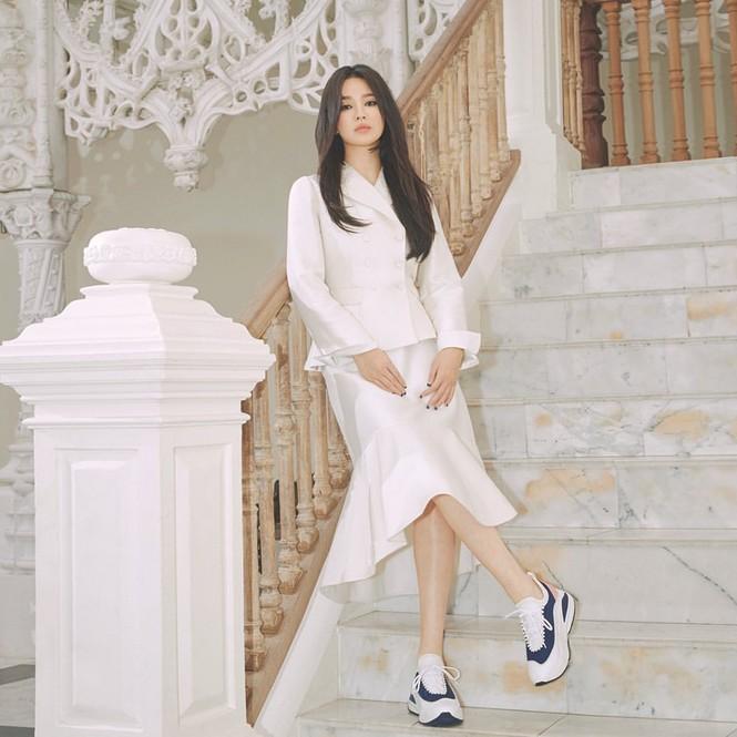Song Hye Kyo lạnh lùng bí ẩn vẫn đẹp 'không góc chết' - ảnh 6