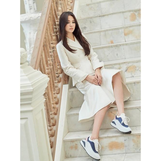 Song Hye Kyo lạnh lùng bí ẩn vẫn đẹp 'không góc chết' - ảnh 7