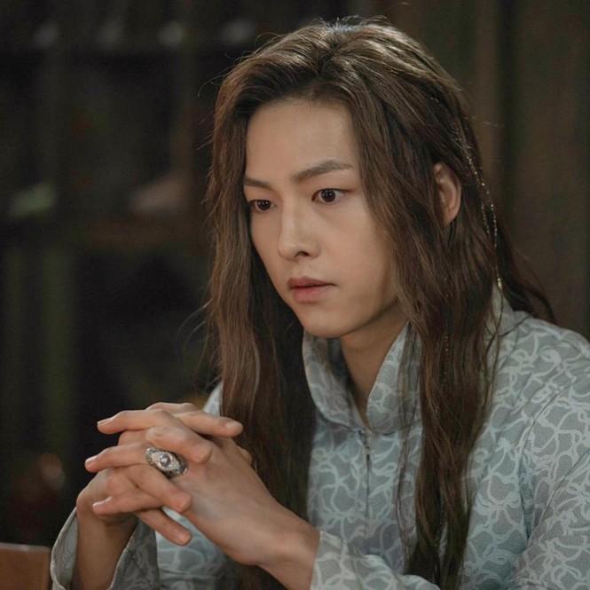 Song Hye Kyo lạnh lùng bí ẩn vẫn đẹp 'không góc chết' - ảnh 12