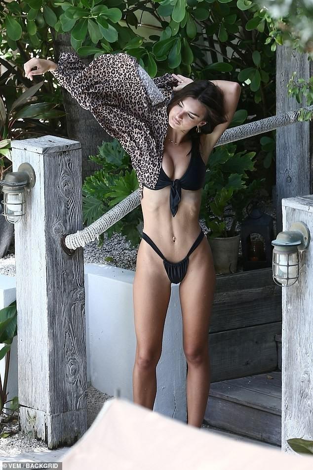 Emily Ratajkowski diện bikini gợi tình ở Miami - ảnh 10