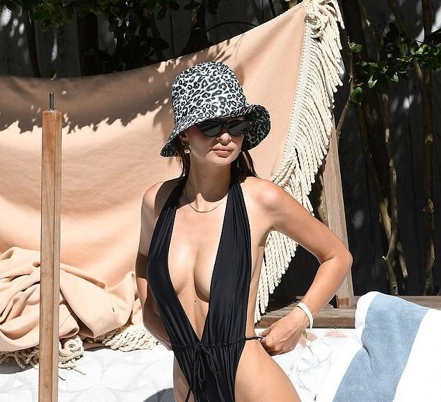 Emily Ratajkowski diện bikini gợi tình ở Miami - ảnh 12