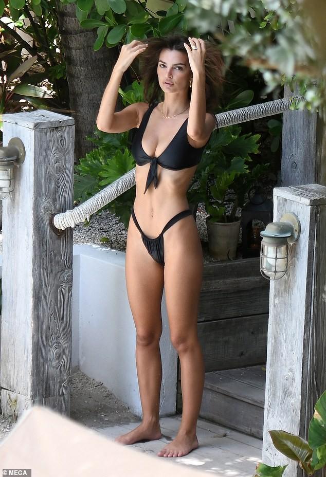 Emily Ratajkowski diện bikini gợi tình ở Miami - ảnh 2