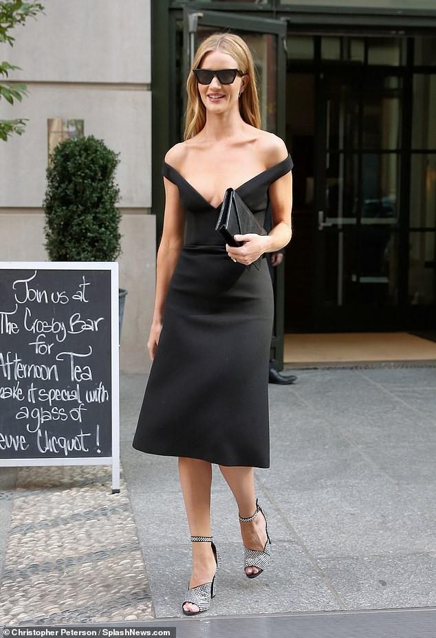 Bạn gái 'Người vận chuyển' diện váy khoét ngực sâu táo bạo - ảnh 1