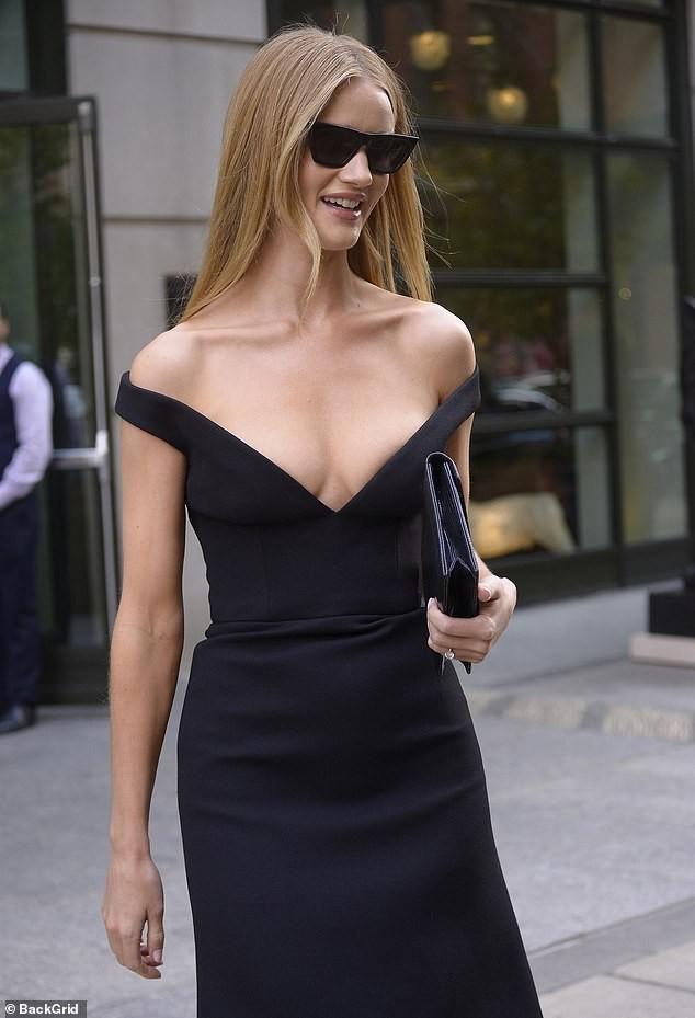 Bạn gái 'Người vận chuyển' diện váy khoét ngực sâu táo bạo - ảnh 3