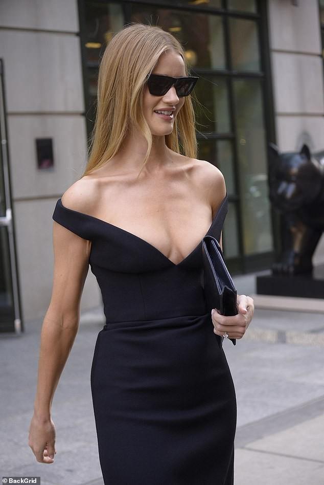 Bạn gái 'Người vận chuyển' diện váy khoét ngực sâu táo bạo - ảnh 4