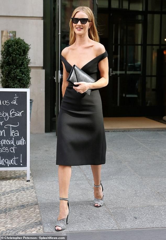 Bạn gái 'Người vận chuyển' diện váy khoét ngực sâu táo bạo - ảnh 5