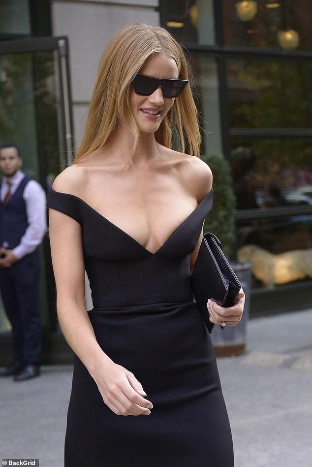 Bạn gái 'Người vận chuyển' diện váy khoét ngực sâu táo bạo - ảnh 6
