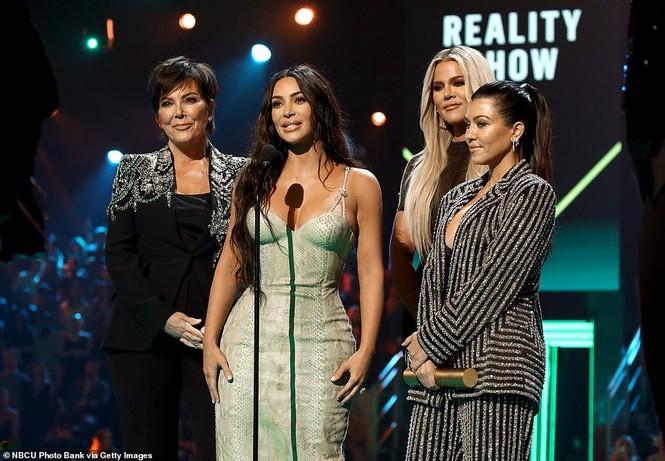 Chị em nhà Kim Kardashian mặc táo bạo đọ sắc nóng bỏng - ảnh 9