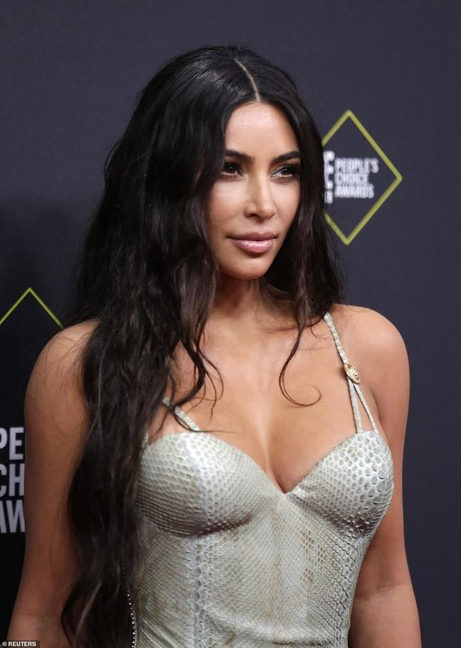 Chị em nhà Kim Kardashian mặc táo bạo đọ sắc nóng bỏng - ảnh 2
