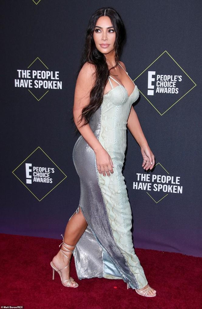 Chị em nhà Kim Kardashian mặc táo bạo đọ sắc nóng bỏng - ảnh 3