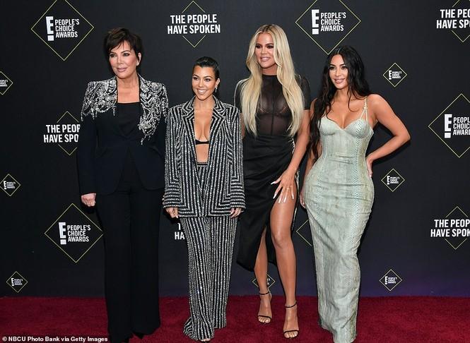 Chị em nhà Kim Kardashian mặc táo bạo đọ sắc nóng bỏng - ảnh 10