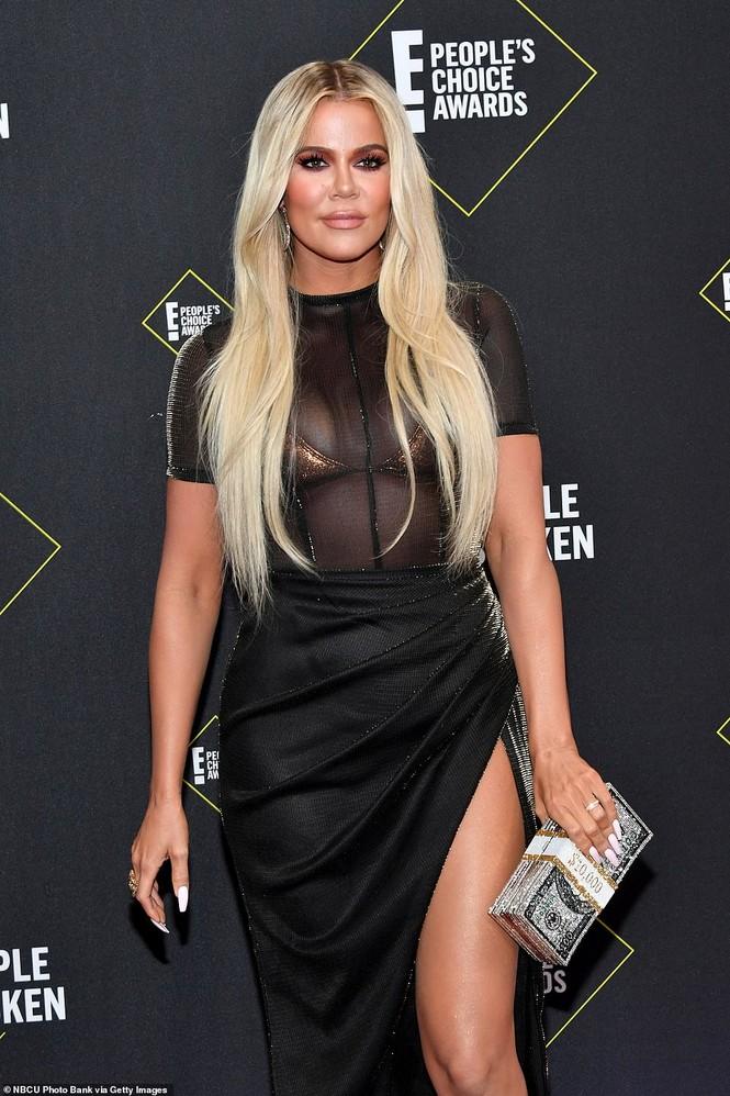 Chị em nhà Kim Kardashian mặc táo bạo đọ sắc nóng bỏng - ảnh 4