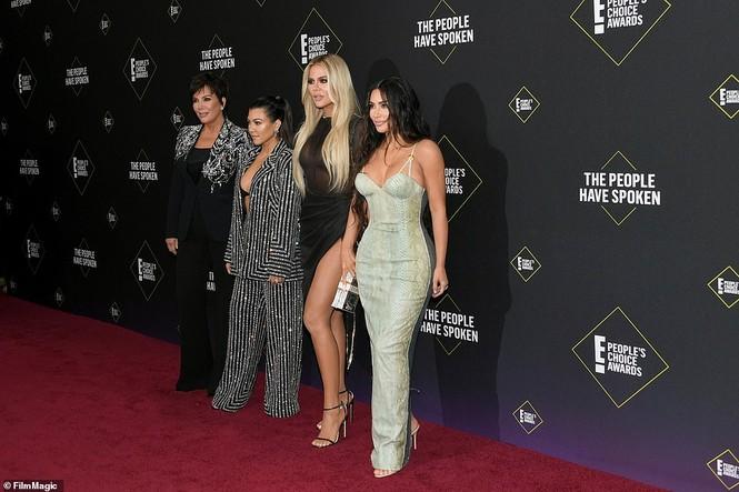 Chị em nhà Kim Kardashian mặc táo bạo đọ sắc nóng bỏng - ảnh 11