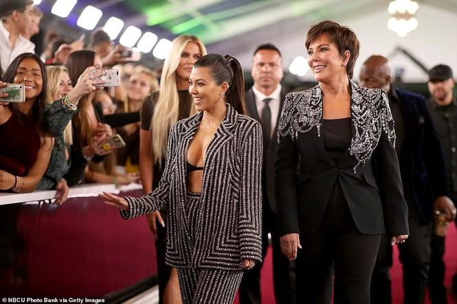 Chị em nhà Kim Kardashian mặc táo bạo đọ sắc nóng bỏng - ảnh 12