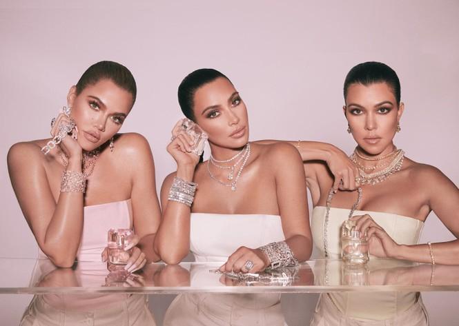 Chị em nhà Kim Kardashian mặc táo bạo đọ sắc nóng bỏng - ảnh 13