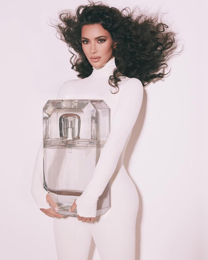 Chị em nhà Kim Kardashian mặc táo bạo đọ sắc nóng bỏng - ảnh 20