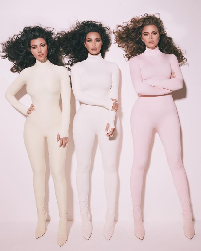 Chị em nhà Kim Kardashian mặc táo bạo đọ sắc nóng bỏng - ảnh 14