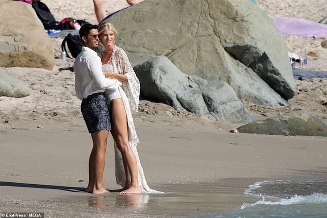 Thiên thần nội y mặc áo tắm nồng nàn bên hôn phu trước ngày cưới - ảnh 5