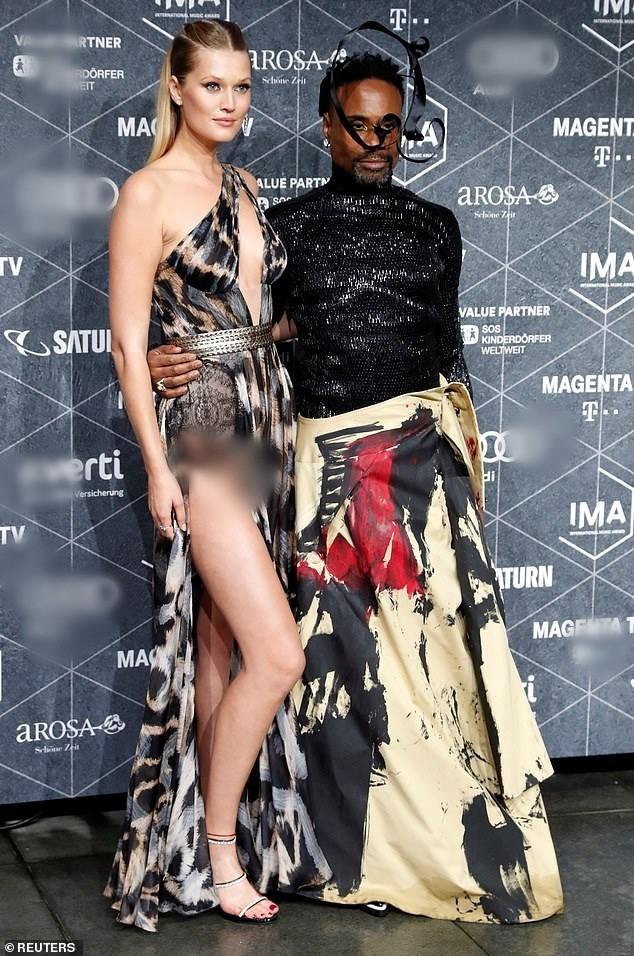 Tình cũ tài tử Titanic mặc váy xẻ cao hớ hênh khiến khán giả đỏ mặt - ảnh 3