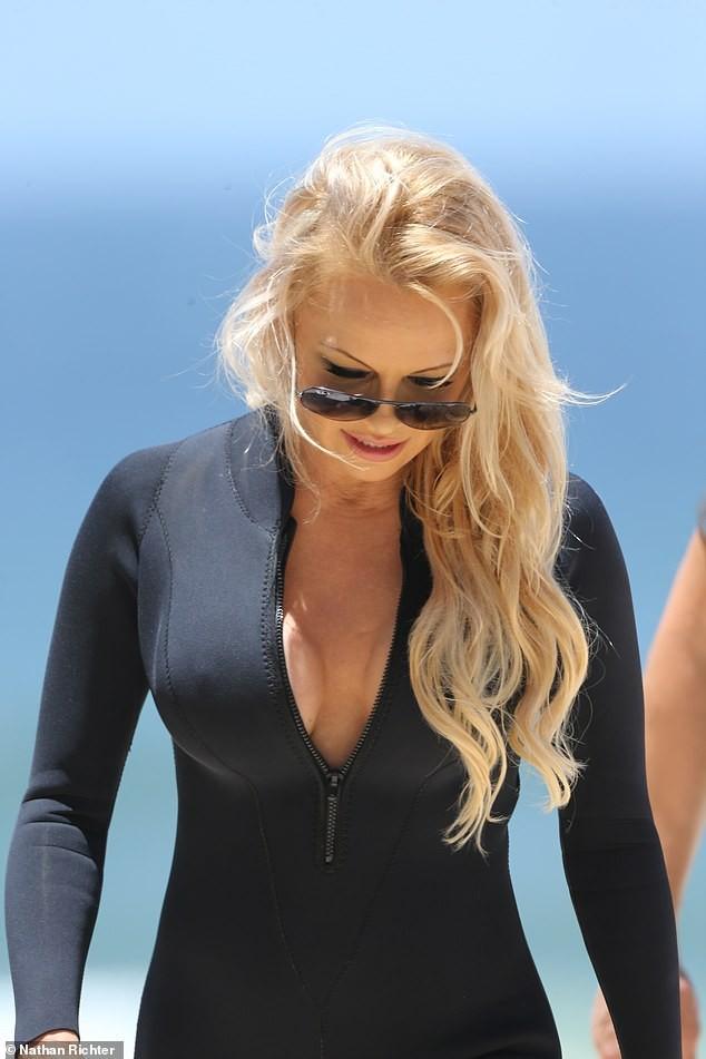 Biểu tượng gợi cảm Pamela Anderson diện áo tắm căng đầy sức sống  - ảnh 11