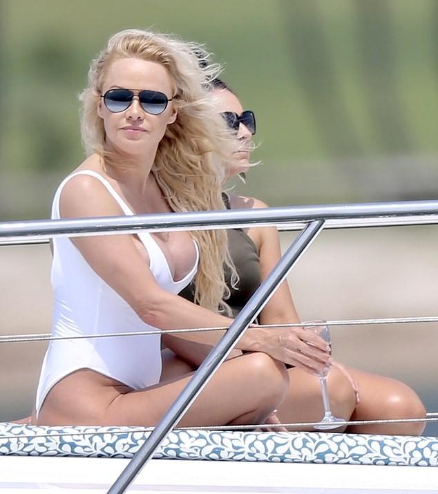 Biểu tượng gợi cảm Pamela Anderson diện áo tắm căng đầy sức sống  - ảnh 1