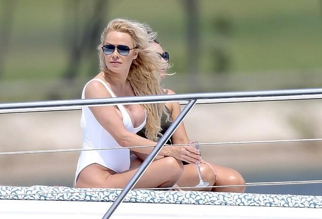 Biểu tượng gợi cảm Pamela Anderson diện áo tắm căng đầy sức sống  - ảnh 2