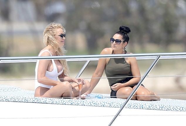 Biểu tượng gợi cảm Pamela Anderson diện áo tắm căng đầy sức sống  - ảnh 3