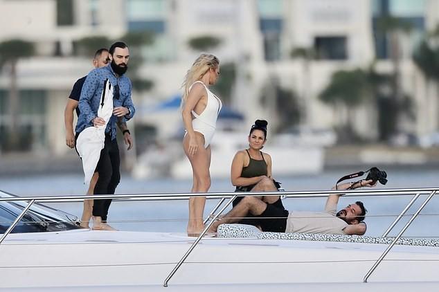 Biểu tượng gợi cảm Pamela Anderson diện áo tắm căng đầy sức sống  - ảnh 5