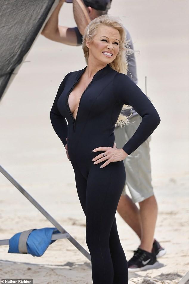 Biểu tượng gợi cảm Pamela Anderson diện áo tắm căng đầy sức sống  - ảnh 9