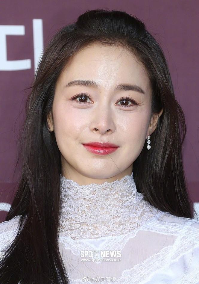 Kim Tae Hee nhan sắc và thần thái rạng ngời sau sinh con thứ 2 - ảnh 5