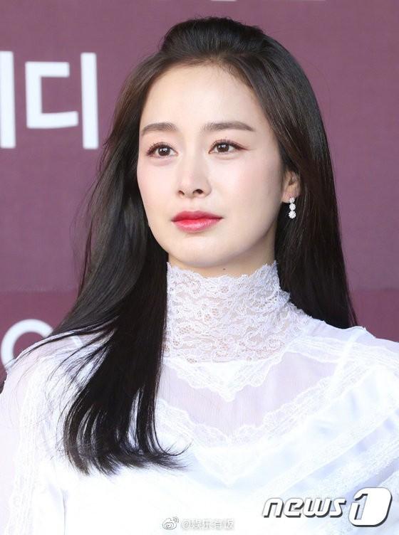 Kim Tae Hee nhan sắc và thần thái rạng ngời sau sinh con thứ 2 - ảnh 6
