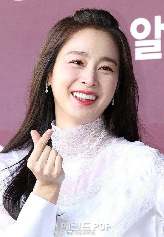Kim Tae Hee nhan sắc và thần thái rạng ngời sau sinh con thứ 2 - ảnh 4