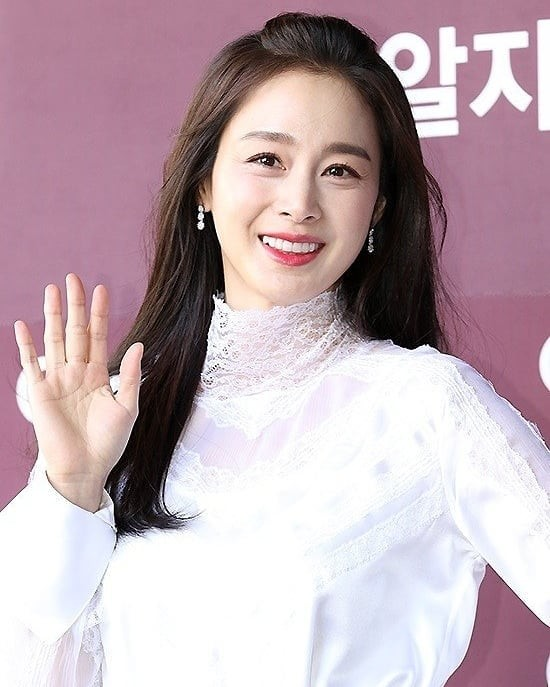 Kim Tae Hee nhan sắc và thần thái rạng ngời sau sinh con thứ 2 - ảnh 1