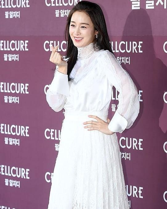 Kim Tae Hee nhan sắc và thần thái rạng ngời sau sinh con thứ 2 - ảnh 10