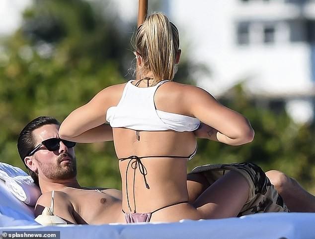 Sofia Richie diện bikini tắm nắng cùng bạn trai ở Miami - ảnh 2