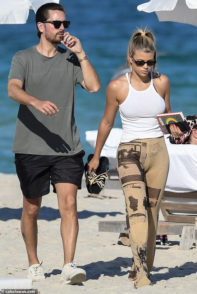 Sofia Richie diện bikini tắm nắng cùng bạn trai ở Miami - ảnh 4
