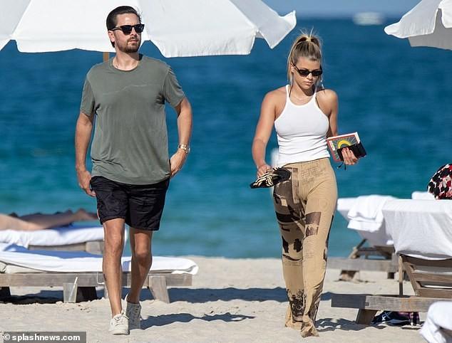 Sofia Richie diện bikini tắm nắng cùng bạn trai ở Miami - ảnh 5