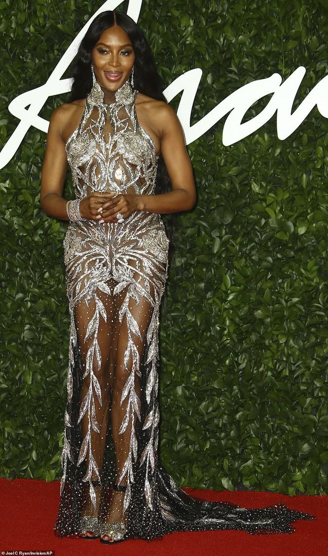 Naomi Campbell mặc xuyên thấu khoe đường cong siêu mẫu trứ danh - ảnh 1