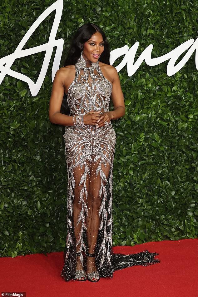 Naomi Campbell mặc xuyên thấu khoe đường cong siêu mẫu trứ danh - ảnh 2