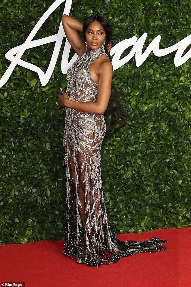 Naomi Campbell mặc xuyên thấu khoe đường cong siêu mẫu trứ danh - ảnh 3